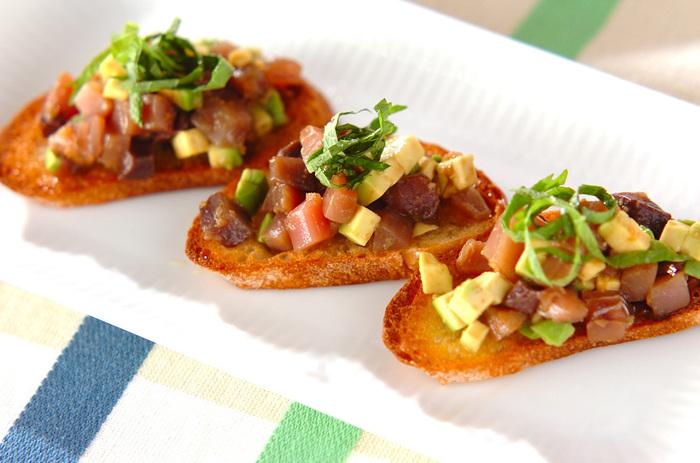 カツオとアボカドを小さな角切りにして、レモンとにんにくで和えたタルタルを、薄くカリッと焼いたバゲットにのせて。前菜やワインのおともにもおすすめのおしゃれな味です。