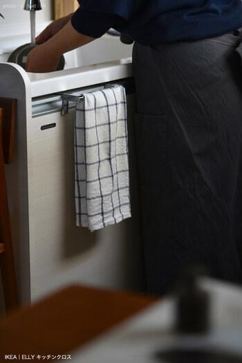 キッチンの手拭きとしても、食器拭きにも、キッチン周りの目隠しにも使え、万能。4ピースで399円とお値段も優秀です♪
