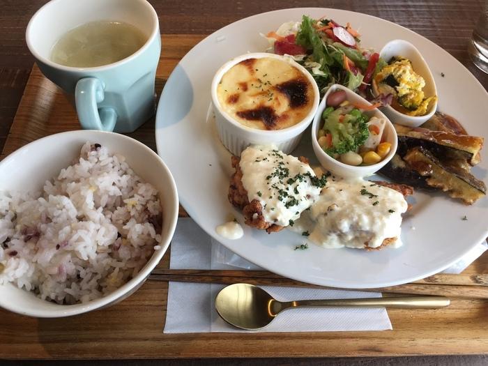 「きまぐれランチ」は、本日のスープ、サラダ、ドリンク、デザート付きの充実の内容。ワンプレートにメインの料理やお惣菜が少しずつのっています。デザート付きなのもうれしいですね。