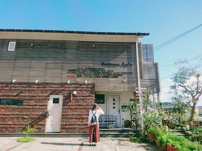 のどかな田園地帯に佇む「Bauhaus Cafe」は、アパートをリノベーションしたおしゃれな空間と美味しいランチ&デザートが人気。素敵な雑貨と家具に囲まれてまったり過ごせます。