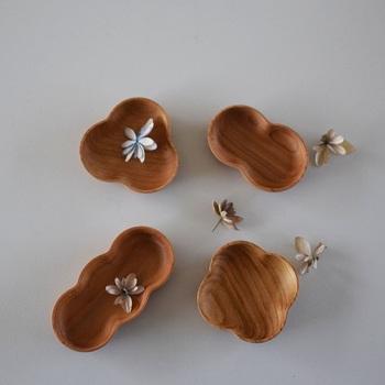 まめ・よつば・みつば・だるまの縁起が良い形も、素材が木製になるだけで印象がガラリと変わります。木ならではのぬくもりが何とも言えず温かく、食卓のアクセントに。天然素材なので、一つ一つ違う木目も楽しみの一つですね。小さなお子様でも安心して使えるので、出産祝いにもおすすめの豆皿です。