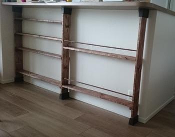 カウンター下の空きスペースでは、1×4材なら圧迫感のないスリムな棚をDIYできます。  収納はもちろん、飾り棚としても素敵ですね。