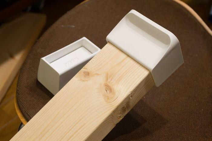 ディアウォールは、2×4材(ツーバイフォー)の先端に取り付けて、突っ張る強度でカウンターを安定させたり、他の収納機能を加えたいときに便利なアイテムです。