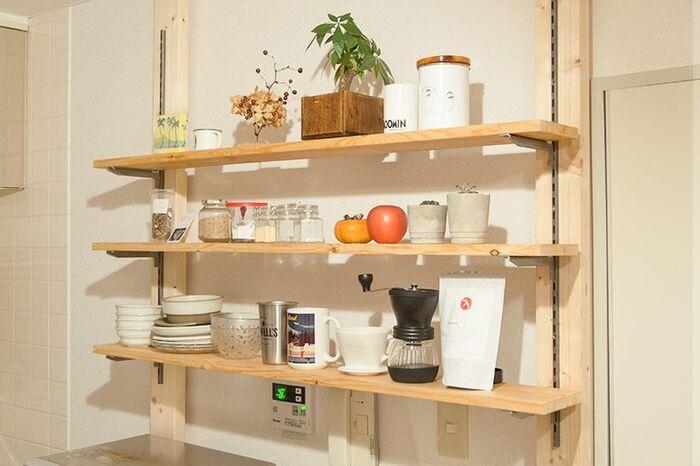 ディアウォールで作るシェルフは、壁面でもキッチンカウンター上でも場所を選ばず設置できますよ。