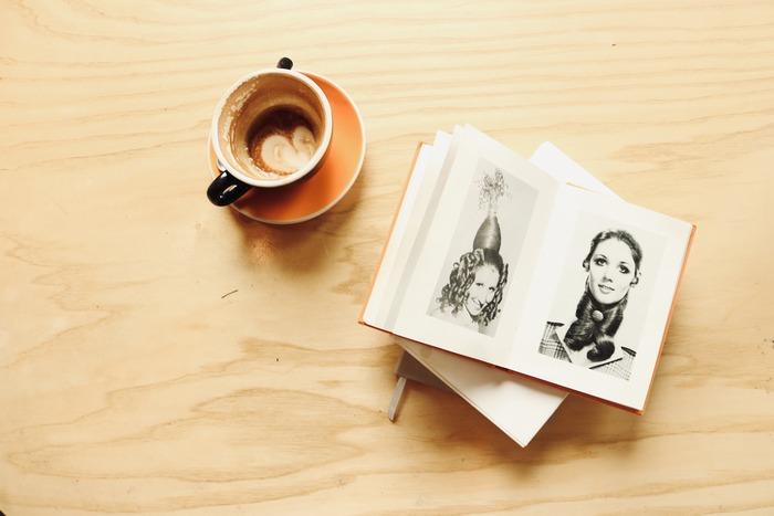 せっかくのリラックスタイム、スマホを眺めて過ごすのはもったいないですよね。お店に置いてある雑誌を読むのもいいですが、お気に入りの文庫をバッグからそっと出して読むのはいかがですか。  初めて読む本は集中力が必要ですが、何度も読んだお気に入りならゆったりと眺めて読むことができるもの。そしていつもと違うシチュエーションで読んでみると、また違った魅力を発見できるかもしれません。