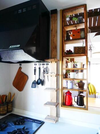 ディアウォールを使った様々な収納は大人気。 単体でも使えるので、キッチンのちょっとした隙間スペースも有効活用できます。
