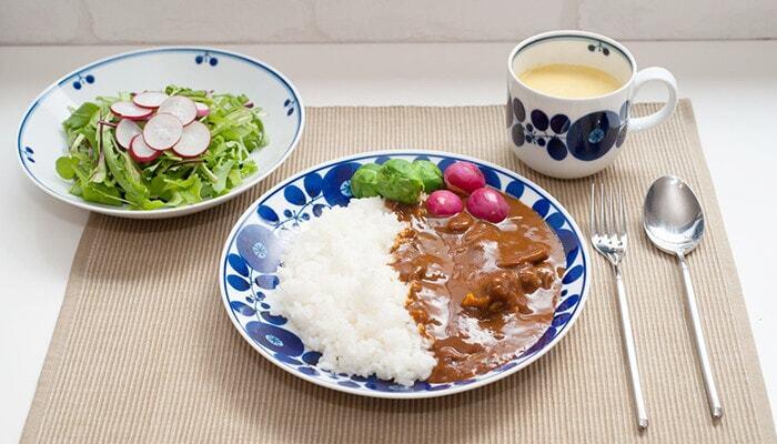 和食器もカレーとの相性はいいんです。薄く白い器は上品で、和洋を問わず使えます。組み合わせる食器を選ばないのも和食器の魅力です。