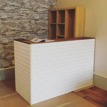 L字型キッチンカウンターは目隠しにもなり、収納力や使い勝手もUP。  好みの壁紙やシートを貼れば、よりおしゃれなカウンターになりますね。