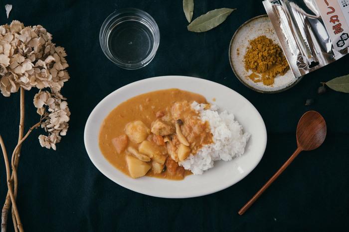 シンプルな白のオーバルのお皿はどんな料理も受け止めてくれる。カレーをよそえばルーの色合いが引き立ちます。イタリアの業務用食器と聞くと、そのデザインや丈夫そうな質感に納得。