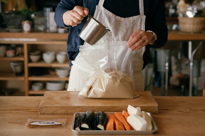 ぬか床の作り方も簡単で、すぐに作れます。専用の漬け込み袋に、ぬかとお水を入れたら、しっかり揉み込み、さらに酵母を入れて揉み込むだけで、もう完成です♪