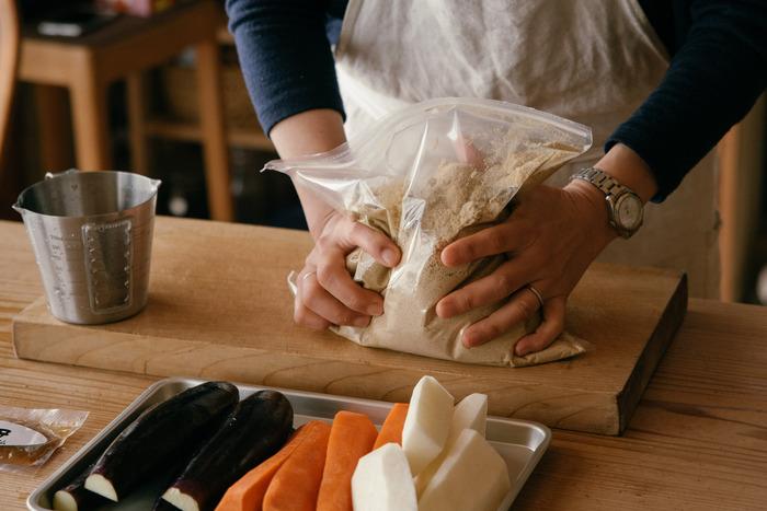 こちらの「ぬか床一年生」は、伊豆天城産の、60年物の天然みかん酵母を一年以上かけ発酵・熟成させて使用しているので、ぬか床のにおいも気にならず、原料も国産で化学調味料なども不使用。さらに塩分も控えめと、ヘルシーで安心のぬか床です。