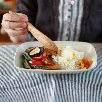 楕円はよく見るけれど、長四角の深さのあるお皿は意外と少ない?新鮮な感覚でカレーをよそって楽しめそうです。