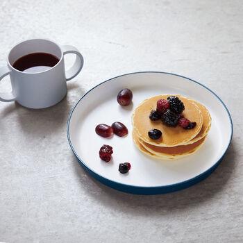 プラスティックに漆で塗装を施したお皿は、扱いやすく子供のためにデザインされたもの。カレー以外でも毎日使いに活躍してくれます。