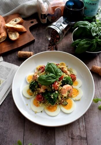 茹でずに食べられる極小パスタのクスクスは見栄えも良いのでパーティーにぴったり。ブロッコリーやトマトにプラスして旬の食材も加えるとより華やかになります。