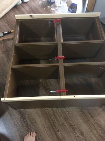 カラーボックスを連結させるなら、ただ並べるよりも、角材を使って固定させたほうが、強度も安定感も安心です。