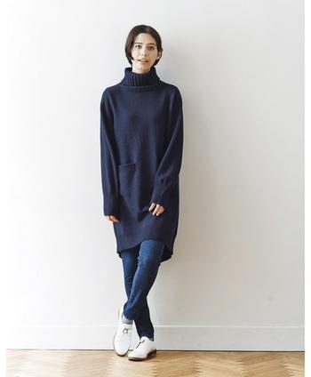 ざっくり編まれたロングタイプのタートルネックは、細身のデニムやレースのスカートを合わせると◎