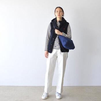 ラインが綺麗なホワイトのパンツやデニム、ロングスカートとも相性が良いボアダウンのベストはコーディネートに欠かせないアイテムになること間違いなし。
