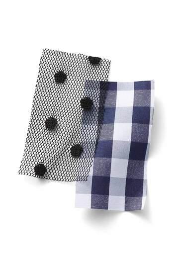 もっと遊び心が欲しい人にオススメなのがネイビーのギンガムチェックにドットのチュールを重ねたロングスカート。