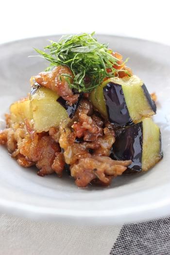 夏に続いて、秋もまた茄子の美味しい季節です。片栗粉をまぶして炒めた豚肉と茄子を合わせ、簡単南蛮風に。めんつゆを使ったマイルドな味付けなら、大人も子どももモリモリ食べられるおかずになります。