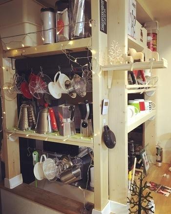 キッチンカウンター上に収納を設けるなら、棚板をL字金具で取り付けるだけで簡単にDIYできますよ。  アイアンバーを取り付けて吊るす機能を持たせれば、収納の幅が広がります。