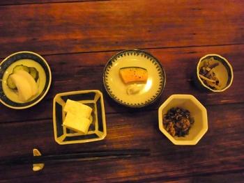豆の味をしっかりと感じられる豆腐や、食感のよい天ぷらなど素材の味を感じられるお料理が揃います。お料理に合うお酒も用意されています。