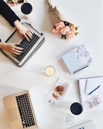 疲れを感じる理由の一つは、「仕事量の多さ」にあるのではないでしょうか。人間関係を良好に保つためとはいえ、「頼まれると断れない」などの理由で抱える仕事を増やしすぎていないか、自分の仕事のやり方を一度見直してみましょう。