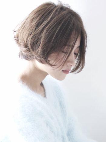 毛先にパーマをかけて動きを出したグラデーションショートボブ。やわらかな雰囲気が印象的です。前髪を長めにすることで小顔効果も期待できます。