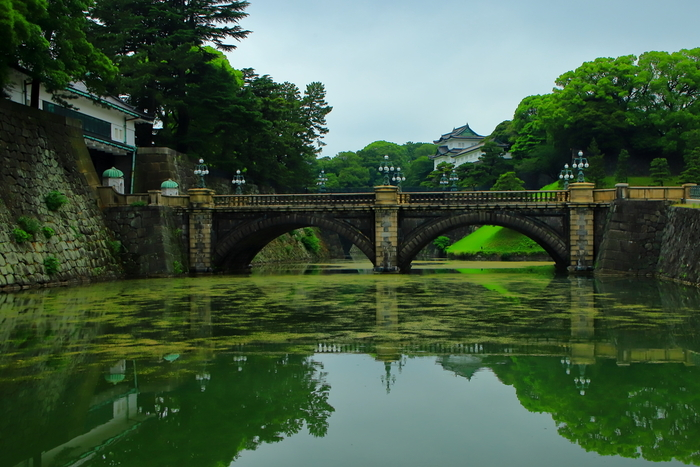 周辺には皇居が広がっていて、観光客や皇居ランナーで賑わっています。写真は皇居外苑にある二重橋で、参観手続きをすると渡ることができます。江戸城の名残がある景観で、歴史を感じられますね。