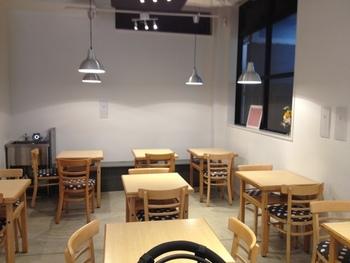 秋葉原駅電気街口からすぐの高架下にあるお店です。賑やかな街にありながら、カフェ風の店内で素材の味を生かした精進料理が食べられます。