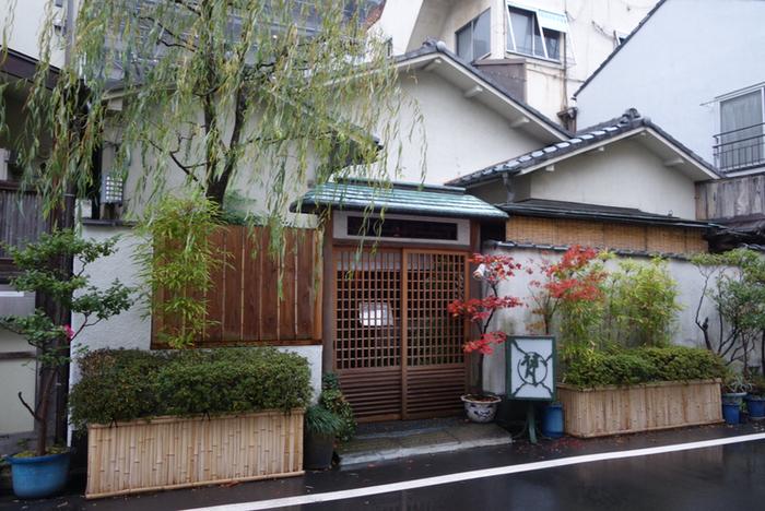 常磐線入谷駅近くにある普茶料理店です。普茶料理(ふちゃりょうり)とは、中国から日本に伝わった精進料理の一種で、代表されるものが「胡麻豆腐」です。また、普茶料理ではゴマ油を多用することから、それまで日本ではあまり発達していなかった「炒める」「揚げる」といった料理法が広まったとされています。