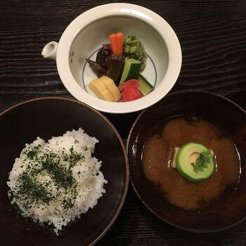 手入れされたお庭が見え、床の間がある個室でゆっくりと食事を楽しめます。コース料理ではお品書きが用意されており、まずはじめに、煎茶と干菓子が提供されます。