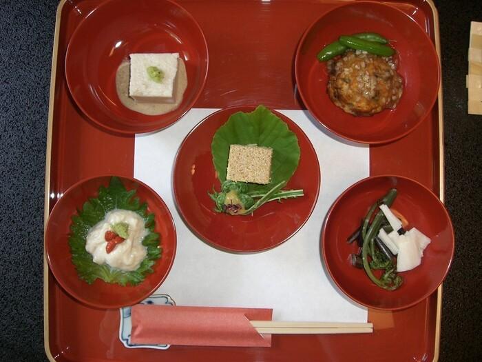豆腐や野菜を中心に、控えめな味付けながら素材の味をしっかり感じられるお料理には、季節を感じる旬の食材が使われています。