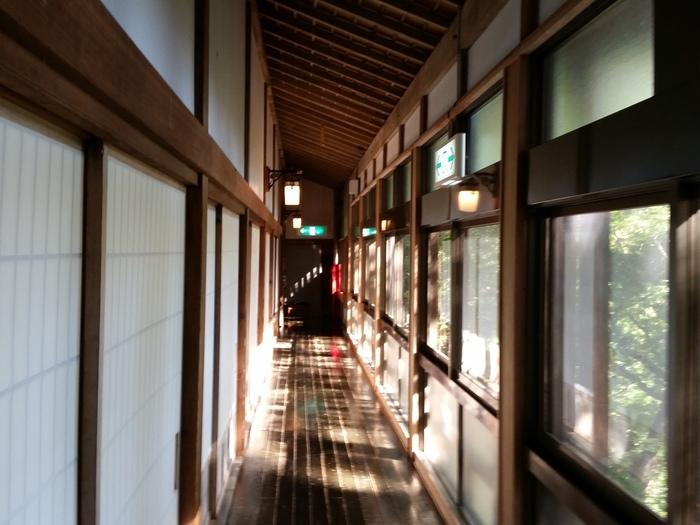 「大本山 高尾山 薬王院」は、高尾山に建てられた真言宗の寺院です。精進料理の他にも、水行や写経など、様々な体験が人気となっています。大広間にて、座敷かテーブル、どちらかのお席かを選ぶことができます。