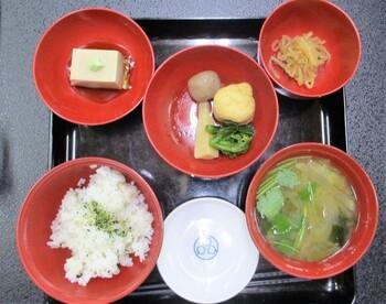 精進料理は仕切りのある器に多種類のお料理が少しずつ彩り良く並べられています。煮物に胡麻豆腐、車麩で作られた角煮など、もどき料理もあり、精進料理ながらしっかりとした味付けを楽しめます。