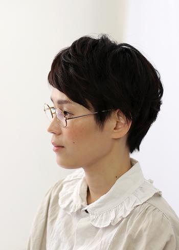 大人シックな細いフレームの眼鏡を、フロント重めのショートヘアに合わせてボーイッシュに。すっきりした顔周りに可愛らしい襟の洋服がよく映えます。