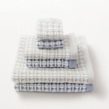ご夫婦へのお祝いに限らず、タオルのギフトは定番中の定番と言えるもの。少し個性を出したいなら、タオル以外の用途にも使えるデザインを選んでみてはいかがでしょう?