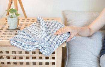 今治タオルのブランド【水布人舎(すいふとしゃ)】が手がけるこちらのタオルは、麻とオーガニックコットンをワッフル織りにしたもの。タオルとしてはもちろん、お部屋に置いてブランケットのように使うのもおしゃれです。