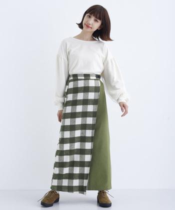 こちらはカーキの切り替えラップスカート。スカートのインパクトが大きいのでシンプルなトップスに、秋色のシューズを合わせて爽やかだけどほっこり愛らしいコーデに。