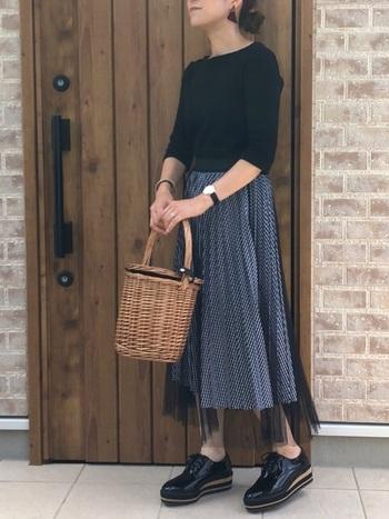 モノトーンのコーデなのに重たくならないのは、トップスのジャストなサイズ感と、軽やかなかごバッグを合わせたから。スカートがふわっとしている場合、タイトなトップスを選べば、たちまち女性らしいコーデになります。