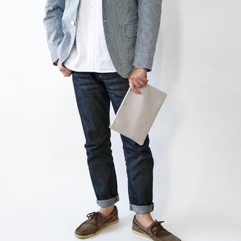お財布や携帯などが入るちょうどいいサイズで、荷物の少ない男性にもぴったり。カジュアル過ぎない上品なデザインが、大人のコーデによく合います。