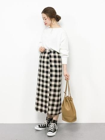 スカートの種類の中でもタイトスカートは一番女性らしいシルエットではないでしょうか。なので、コーデに自信がない方はタイトスカートからチャレンジしてみるのもおすすめです!いつものトップスを合わせるだけで今年顔に。