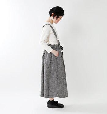 細かいギンガムチェックのサスペンダー付きスカートは、どこかレトロな雰囲気と、今の気分を融合させた絶妙な風合い。ベレー帽とおじ靴でおしゃれ気分を盛り上げて。