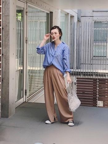 夏の日差しがよく似合う爽やかなブルーのシャツには、ブラウンのゆったりパンツを合わせて秋コーデにチェンジ。爽やかさと落ちつきが程よく融合した垢抜けコーデの完成です。