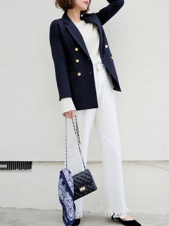 カジュアルOKのフォーマルシーンの場合、バッグに巻き付けずふわりと結ぶだけで、素敵なニュアンスに。