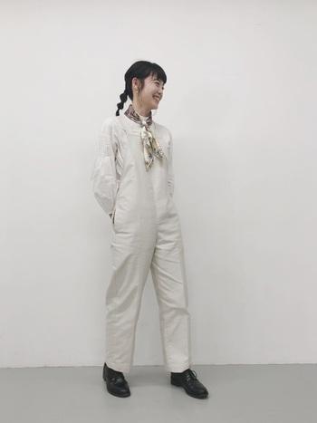 こちらはマニプリのスカーフを主役にしたワントーンコーデ。白on白なので、主張しながらもしっくり溶け込んでくれます。
