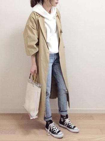 白パーカー×スキニーデニムの定番カジュアルスタイルに、トレンチコートを羽織ることできちんと感をアップ。シンプルながらもフードのボリューム感が印象的です。