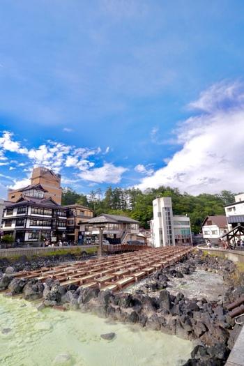もうひとつ、群馬で有名な温泉といえば「草津温泉」。有馬温泉や下呂温泉に並ぶ「日本三名泉」のひとつとしても有名です。こちらは草津温泉を代表する「湯畑」。温泉街巡りをするなら、ここからスタートするのがおすすめ。
