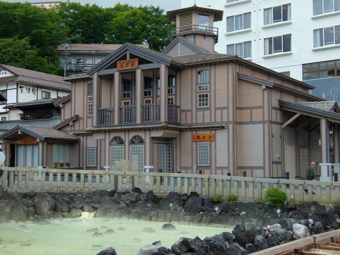 湯畑のすぐそばにあるモダンな建物は「熱乃湯」です。草津伝統の「湯もみ」の実演や体験ができる建物なので、ぜひ訪れてみてくださいね。