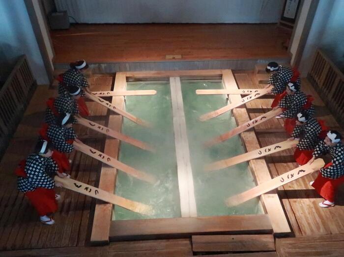 「湯もみ」とは、50℃近い草津温泉の源泉を冷ますために行うもの。六尺板と言われる平たい板でお湯をもみ、入浴できるぐらいの温度まで下げています。こちらでは1日6回、この湯もみの実演ショーを開催します。実際に湯もみの体験もできますよ。