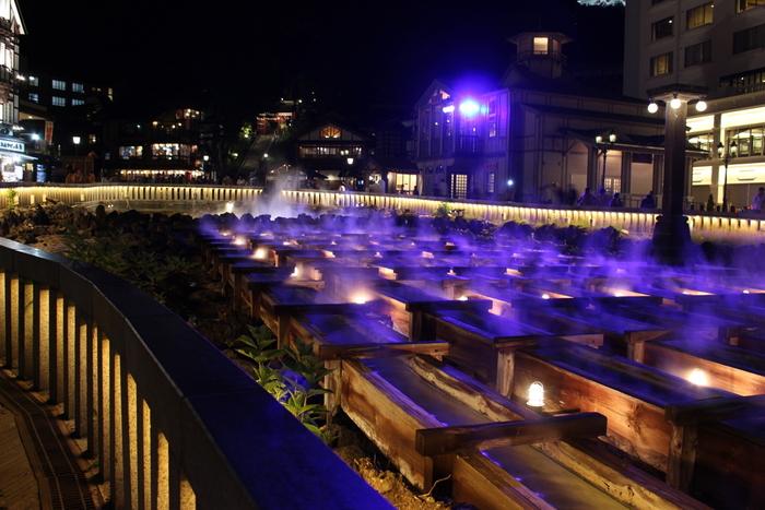 ライトアップされた夜の湯畑もおすすめです。立ち上る湯気と光のコントラストが美しく、いつまでも眺めていたくなりますね。